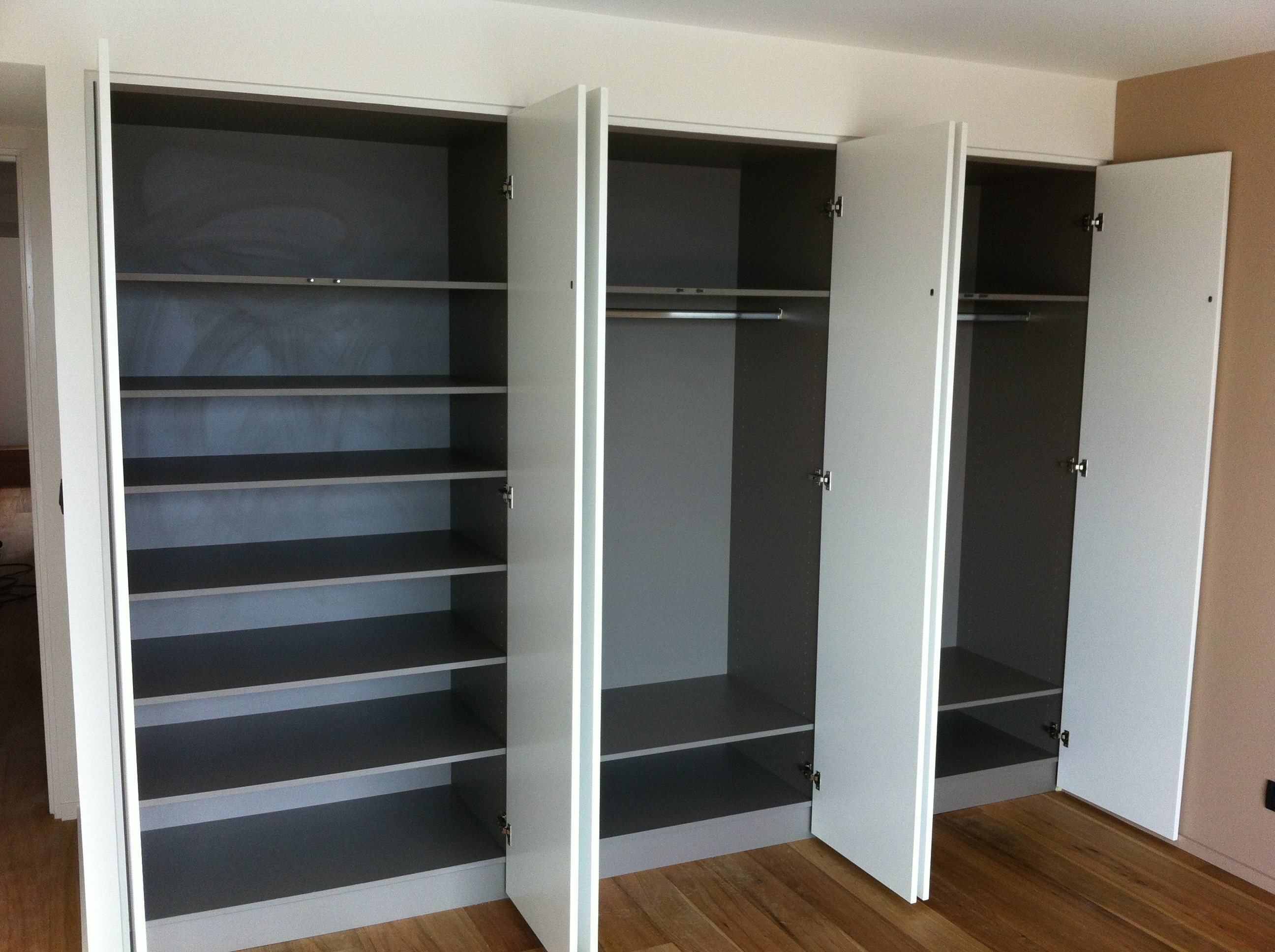 ma femme est contente de notre armoire sur mesure. Black Bedroom Furniture Sets. Home Design Ideas