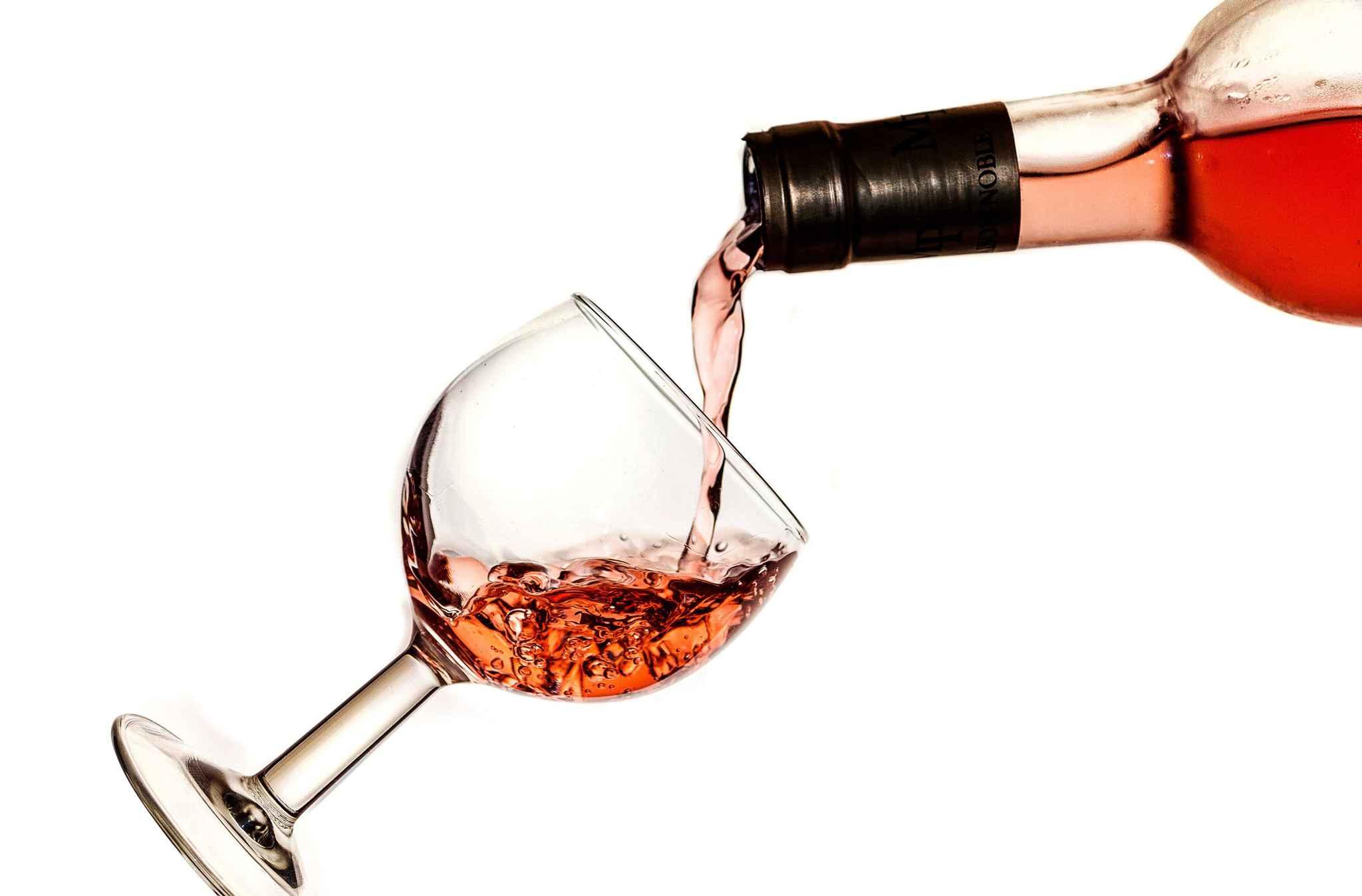 Offrir du vin pour les fiançailles d'un ami